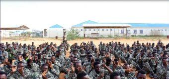 Askar Dhameysatey Tababar In Muddo ah U Socdey oo uu Taliyaha Ciidanka Xoogga Dalka Gen. Indha Qarshe Tababarka u Xirey.