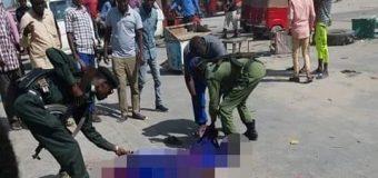 Askeri Ka Tirsan Ciidamada Dawladda Federalka oo Toogasho Bareer ah Ku Dilay Mid kamid ah Darawallada Mooto Bajaajta.