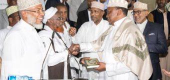 Seddax Arrimoodoo Cajiib Ah Oo Uhuru Kenyatta Uu Sameeyay Kadib Markii Uu Galay Masaajidka.